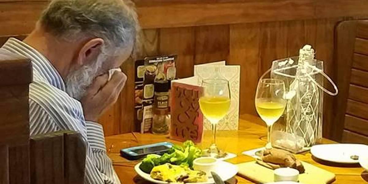 Por que a imagem de um homem jantando sozinho no Dia dos Namorados comoveu tanta gente
