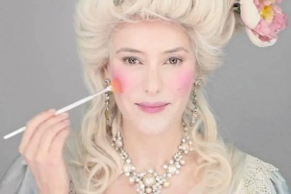 d113ec172 La idea fue de una destacada maquilladora que intenta mostrar los mejores y  los peores estilos a lo largo del tiempo.