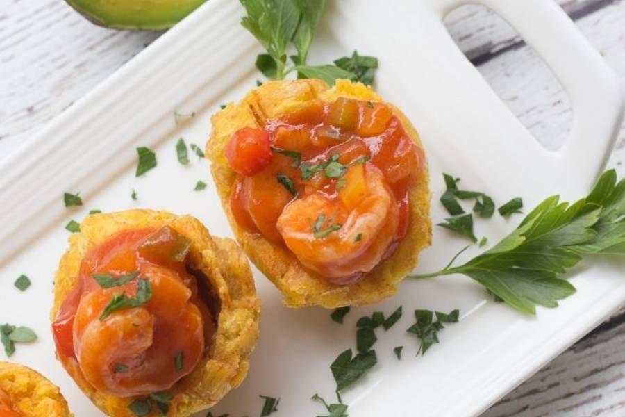 Prepara ricos tostones rellenos de camarones a la criolla