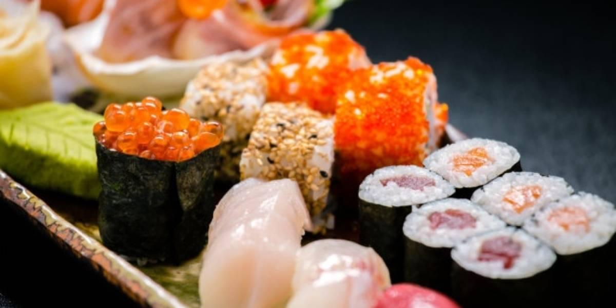 Jovem grava 'sushi vivo' em restaurante japonês