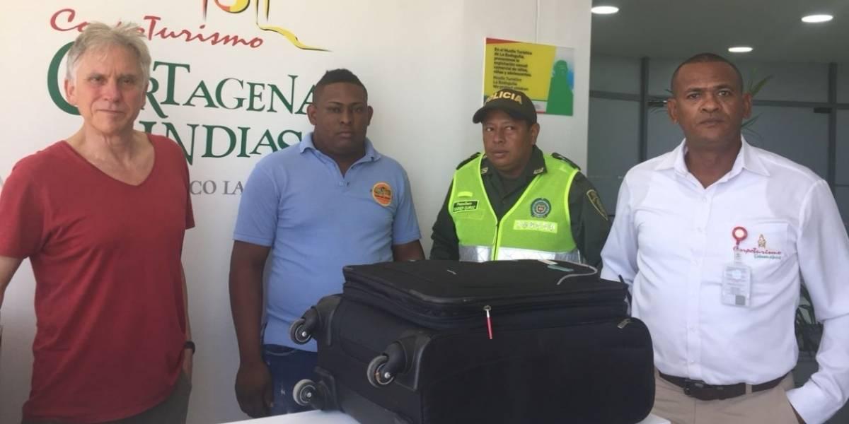 Taxista devolvió maleta con dos millones de pesos que extranjero dejó en su vehículo