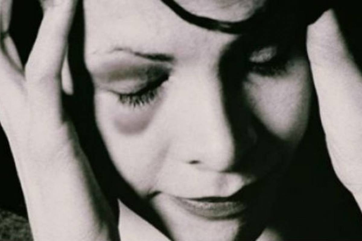 Резултат с изображение за разплакана жена с бебе