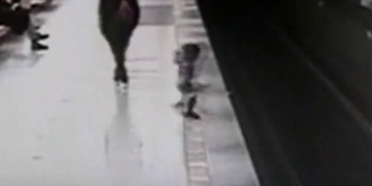 El angustioso momento en que un niño de dos años cae a las vías del metro