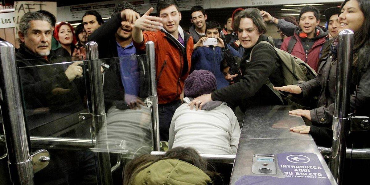 """Convocan a jornada de """"evasión masiva"""" para este lunes tras alza de $20 en la tarifa del Metro y Transantiago"""