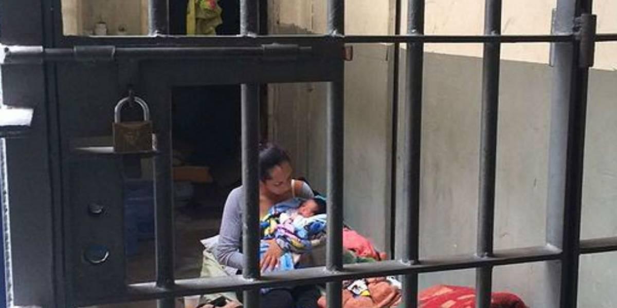Mulher que foi mantida em cela com bebê de 2 dias é solta em São Paulo