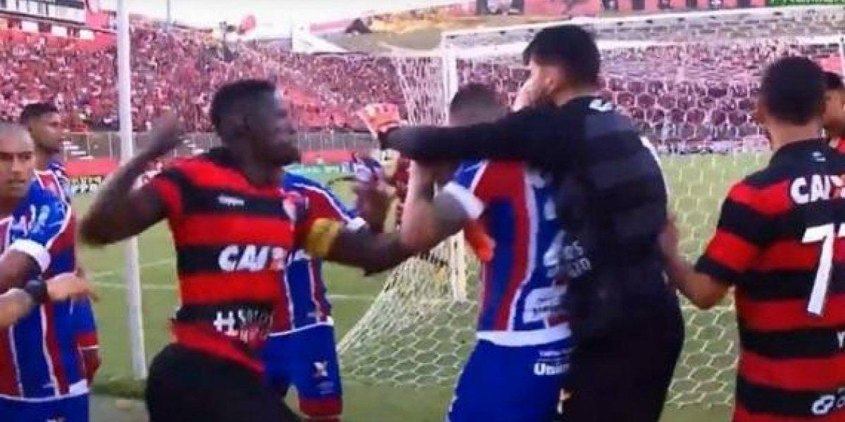 La brutal pelea entre el Bahia de Eugenio Mena y el Vitoria que terminó con 9 expulsados y el partido suspendido