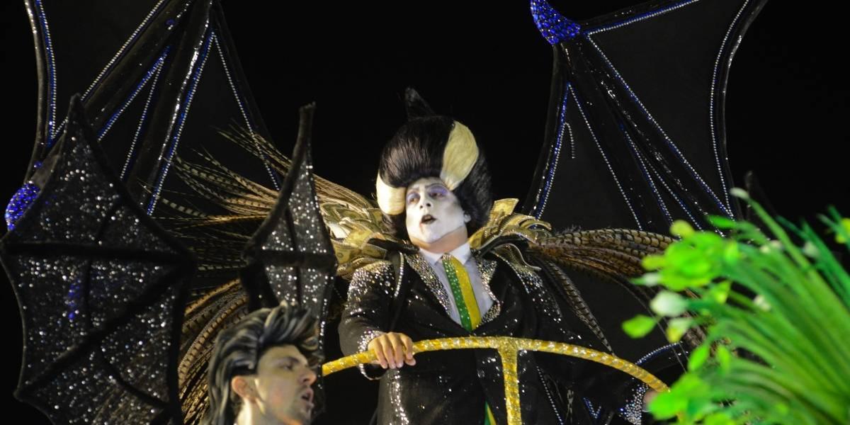 No desfile das campeãs, vampiro aparece sem a faixa presidencial