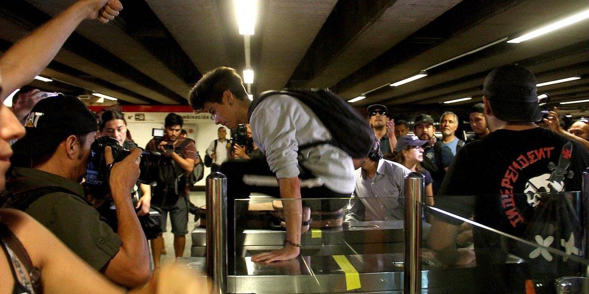 Protesta por alza de pasajes del transporte provocó cierre de estación Baquedano