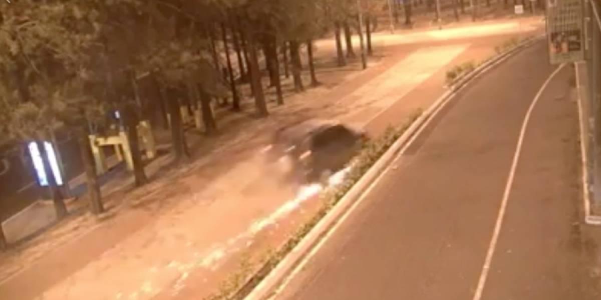 VIDEO. Conductor a punto de volcar tras chocar bolardos y perder una llanta por excesiva velocidad