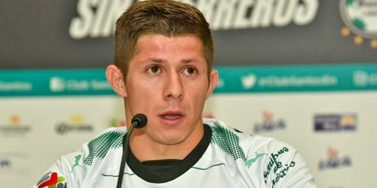 Jugador de Santos ofrece disculpas tras romper puerta del Nemesio Díez