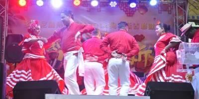 _CSC0181 Niñas chinas bailan en la celebracion.