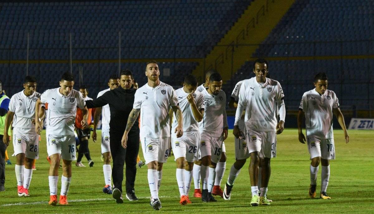 El técnico González le dio ánimo a sus jugadores tras el empate en casa contra Siquinalá.