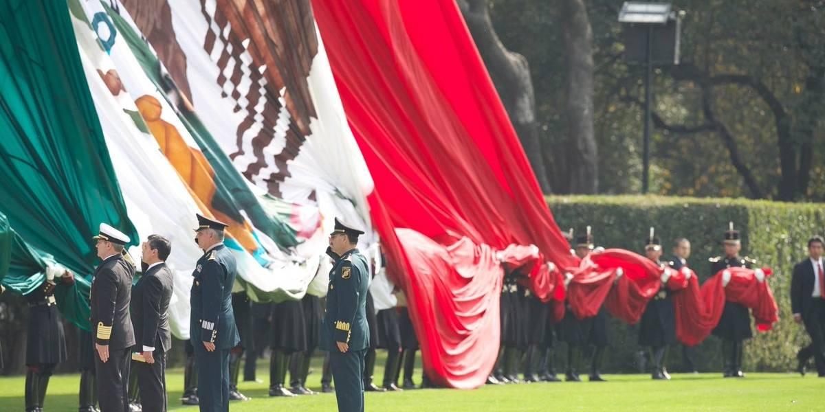 Peña Nieto anuncia aumento salarial de mil pesos a militares