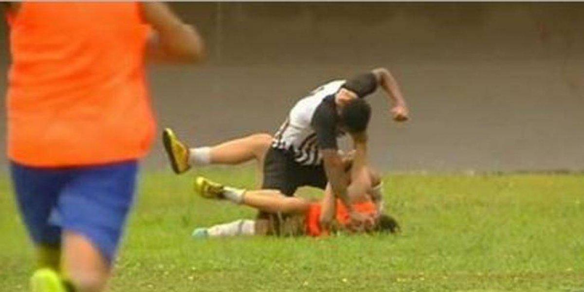 Futbolista enfurece y golpea a recogepelotas