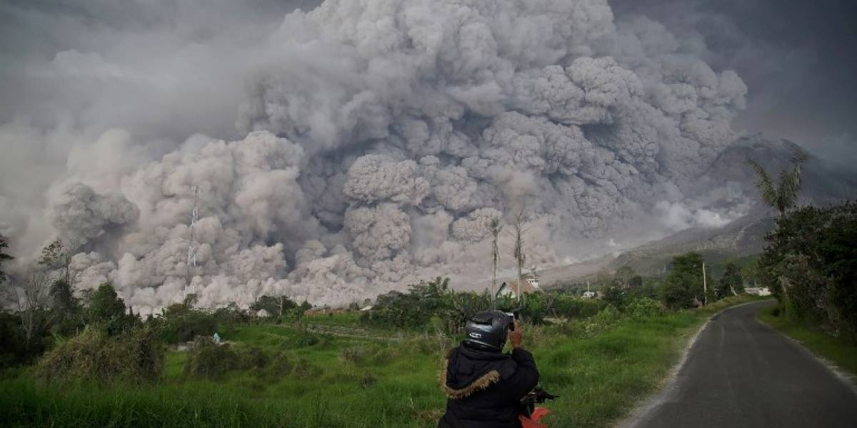VIDEO. Volcán indonesio Sinabung expulsa gigantesca nube de ceniza