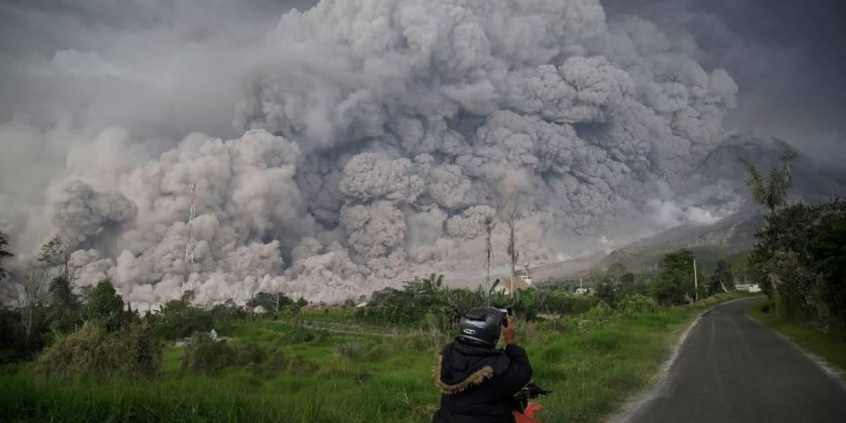 VIDEO. Volcán indonesio Sinabung expulsa gigantescanube de ceniza
