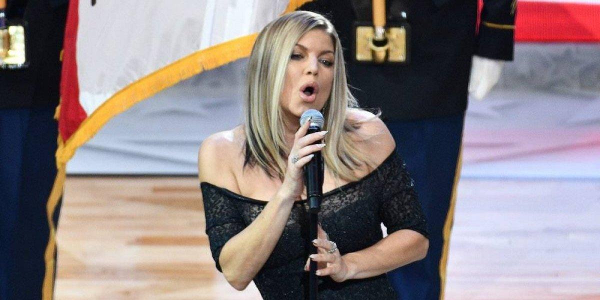 Fergie recibe críticas y burlas por interpretación del himno de EU