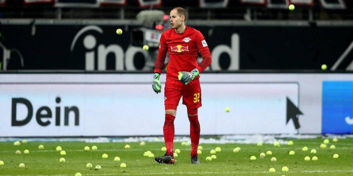 Aficionados protestan con pelotas de tenis en la Bundesliga