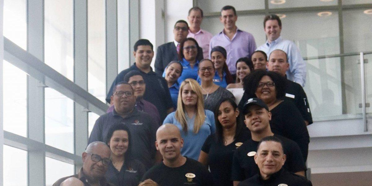 Empresa otorga 144,000 dólares a 90 empleados damnificados por huracanes en la Isla