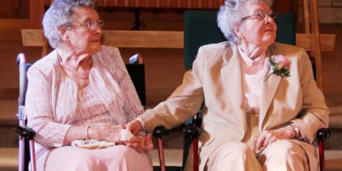 Após 72 anos juntas, casal de idosas finalmente diz 'sim' em um altar