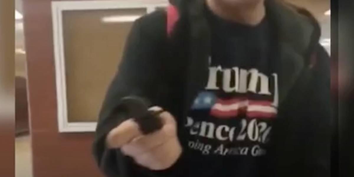 Estudiante saca cuchillo en Universidad y amenaza con matar a inmigrantes