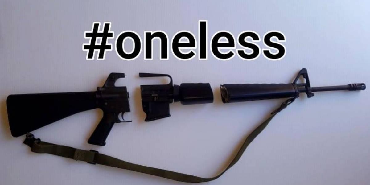 """""""¿Es el derecho de poseer esto más importante que la vida?"""": Pro armas corta su rifle AR-15 en protesta tras tiroteo en Florida"""