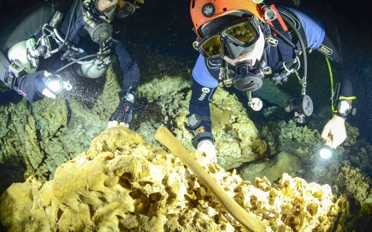 Foto sin fecha facilitada por el Instituto Nacional de Antropología e Historia (INAH) en la que buzos del proyecto del Gran Acuífero Maya exploran el sistema de cavernas bajo el agua de Sac Actun, en el que se han encontrado huesos humanos y de fauna, cer
