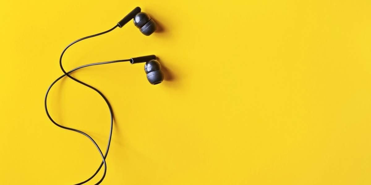 Los audífonos estaban derretidos en sus orejas: joven de 17 años muere electrocutada escuchando música mientras cargaba el celular