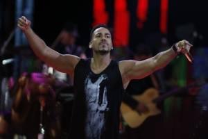 Increíble: Romeo Santos hizo que una fanática le agarrara los genitales