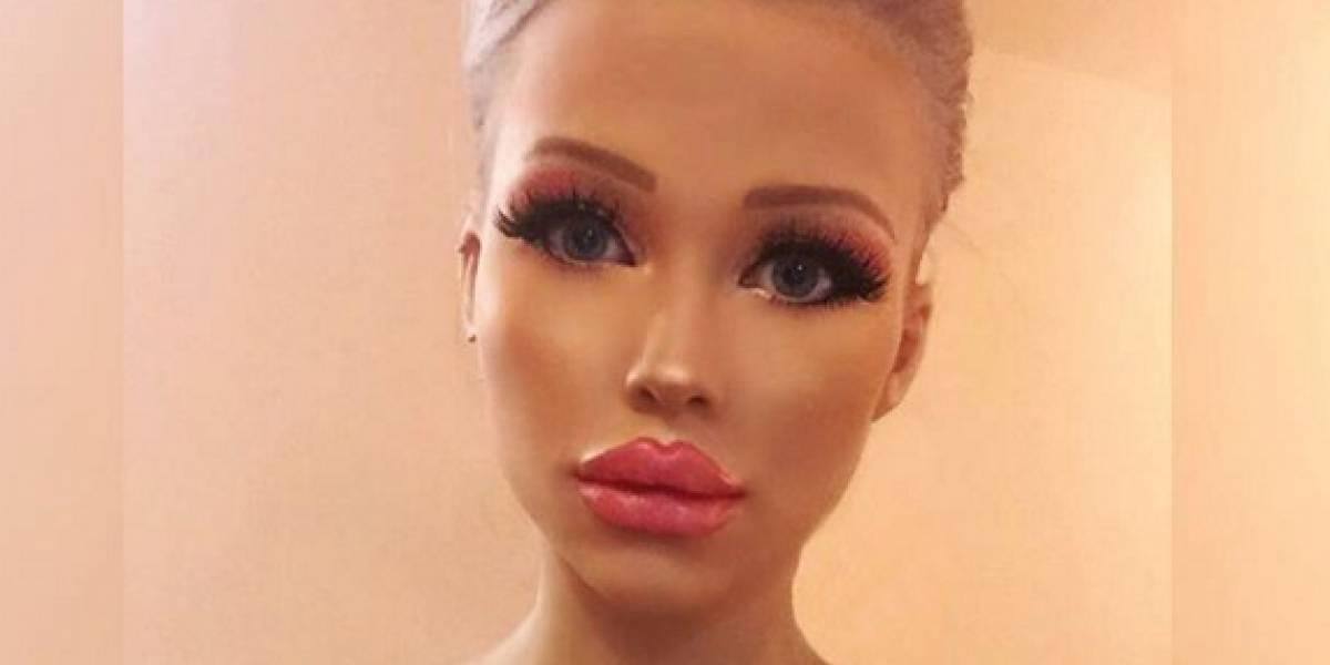 Mulher gasta quase R$ 5 mil por mês para ficar parecida com a Barbie
