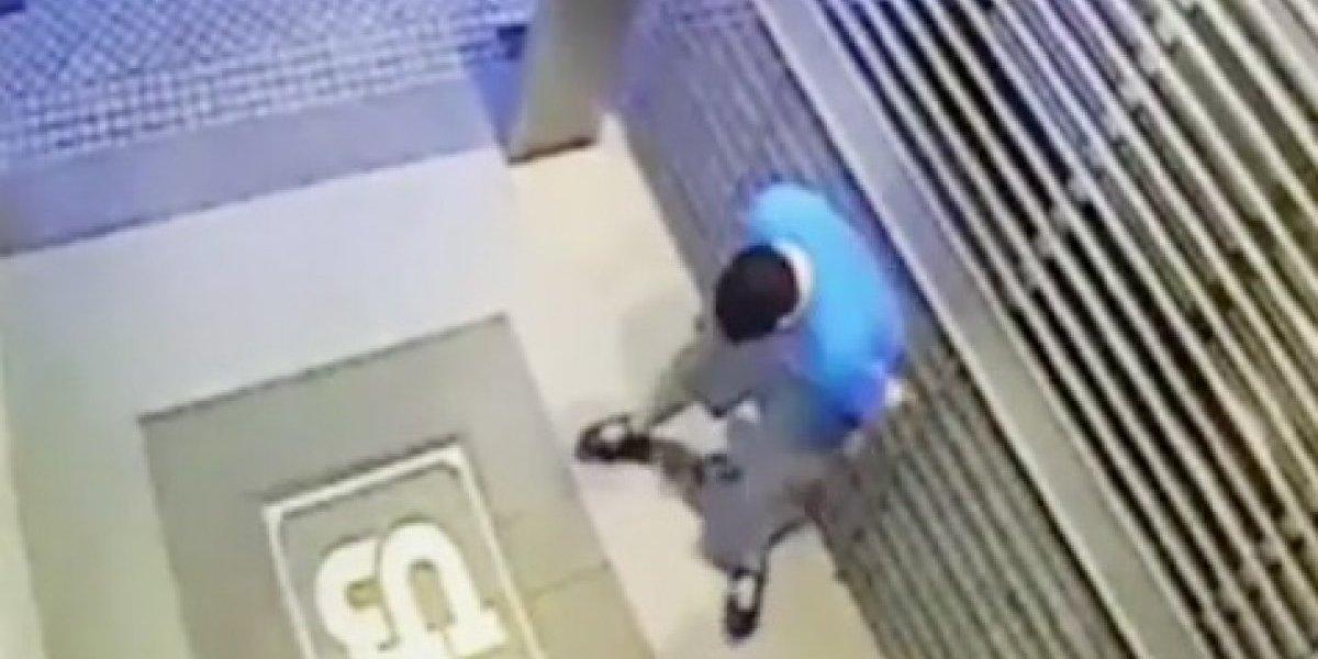 """Hombre defeca fuera de edificio y se vuelve viral la asquerosa """"venganza"""""""