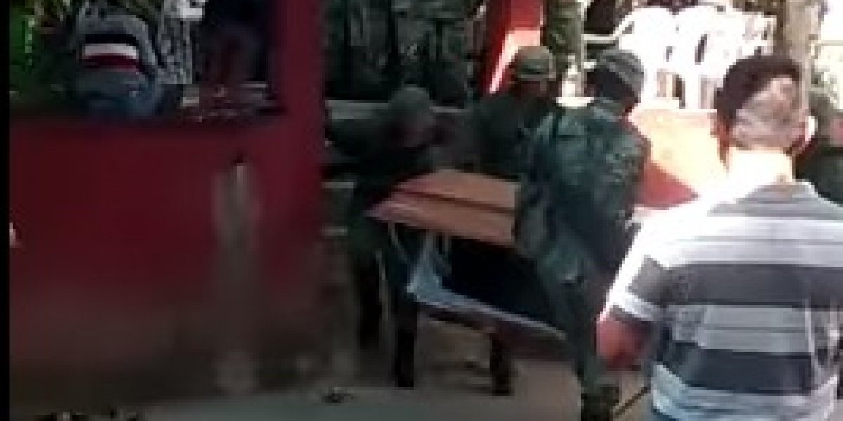 México: militares bajaban un féretro, pero se les resbaló y el cuerpo rodó por las escaleras