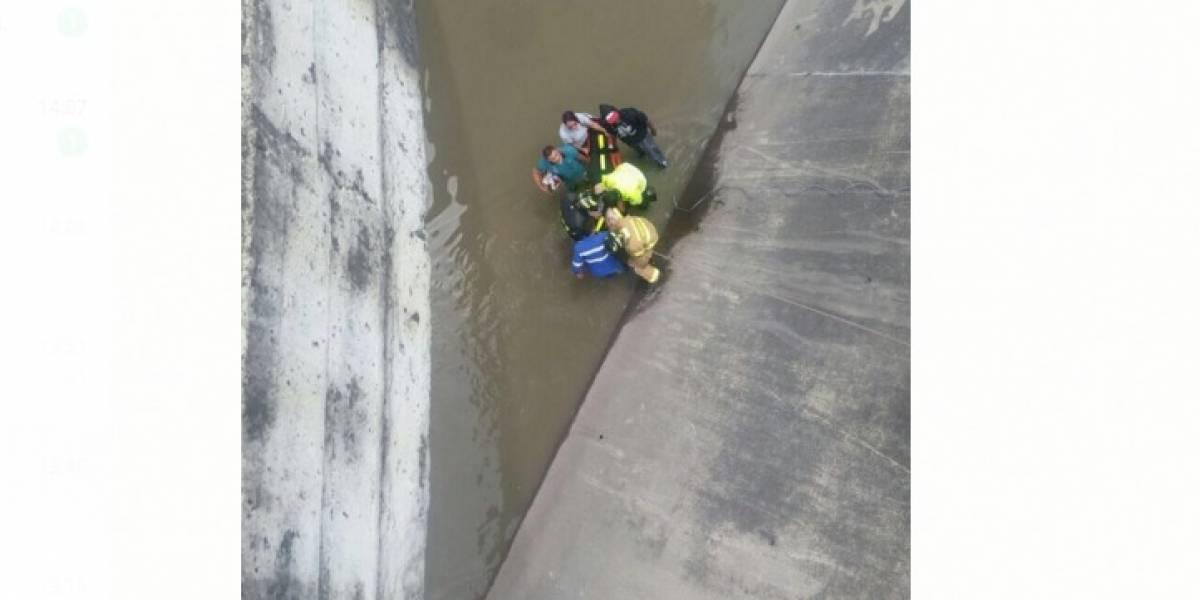 Motociclista en Bogotá cayó al caño de la carrera 30