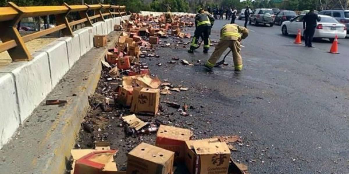 Traíler tira decenas de cartones de cerveza tras incidente en La Raza