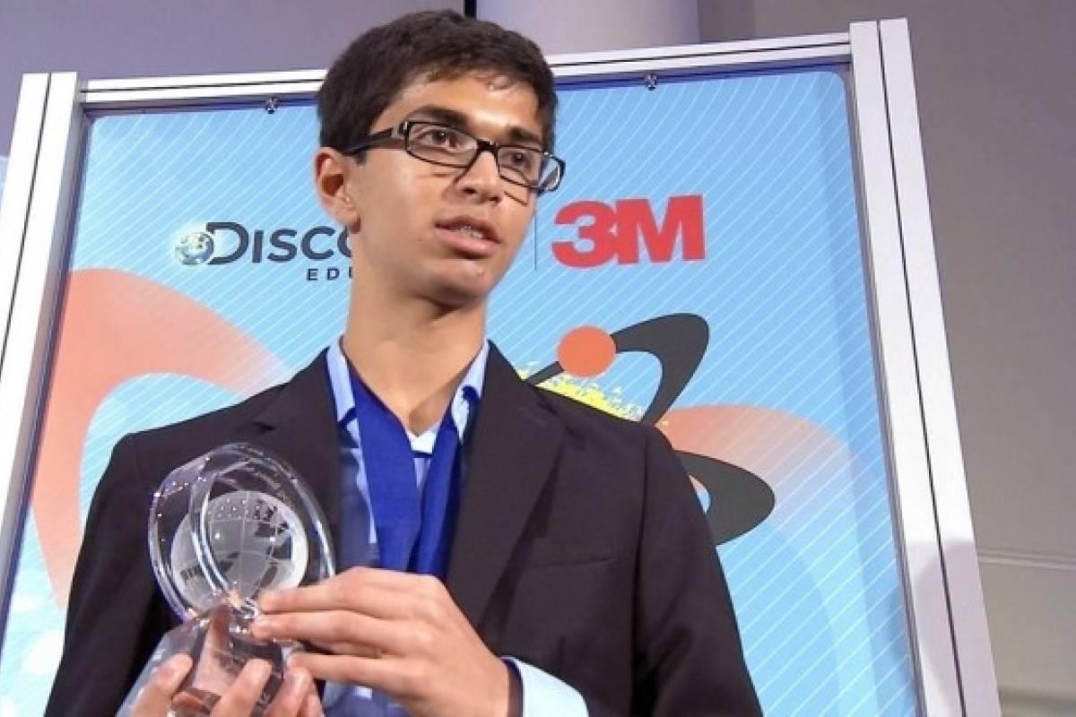 Joven de 14 años inventa batería que genera electricidad a base de CO2 y agua