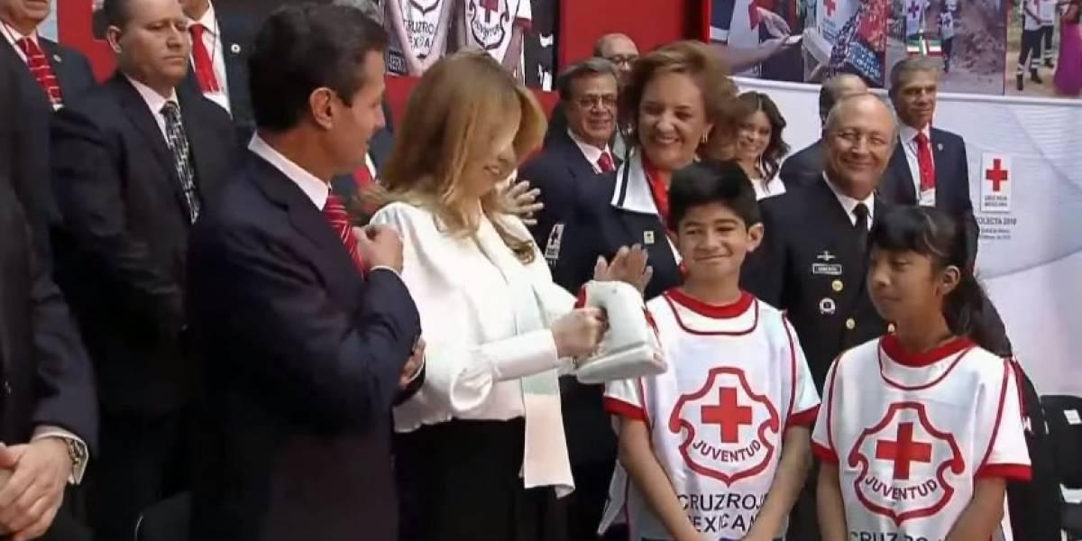 Peña Nieto 'botea' al presidium en arranque de la colecta de la Cruz Roja