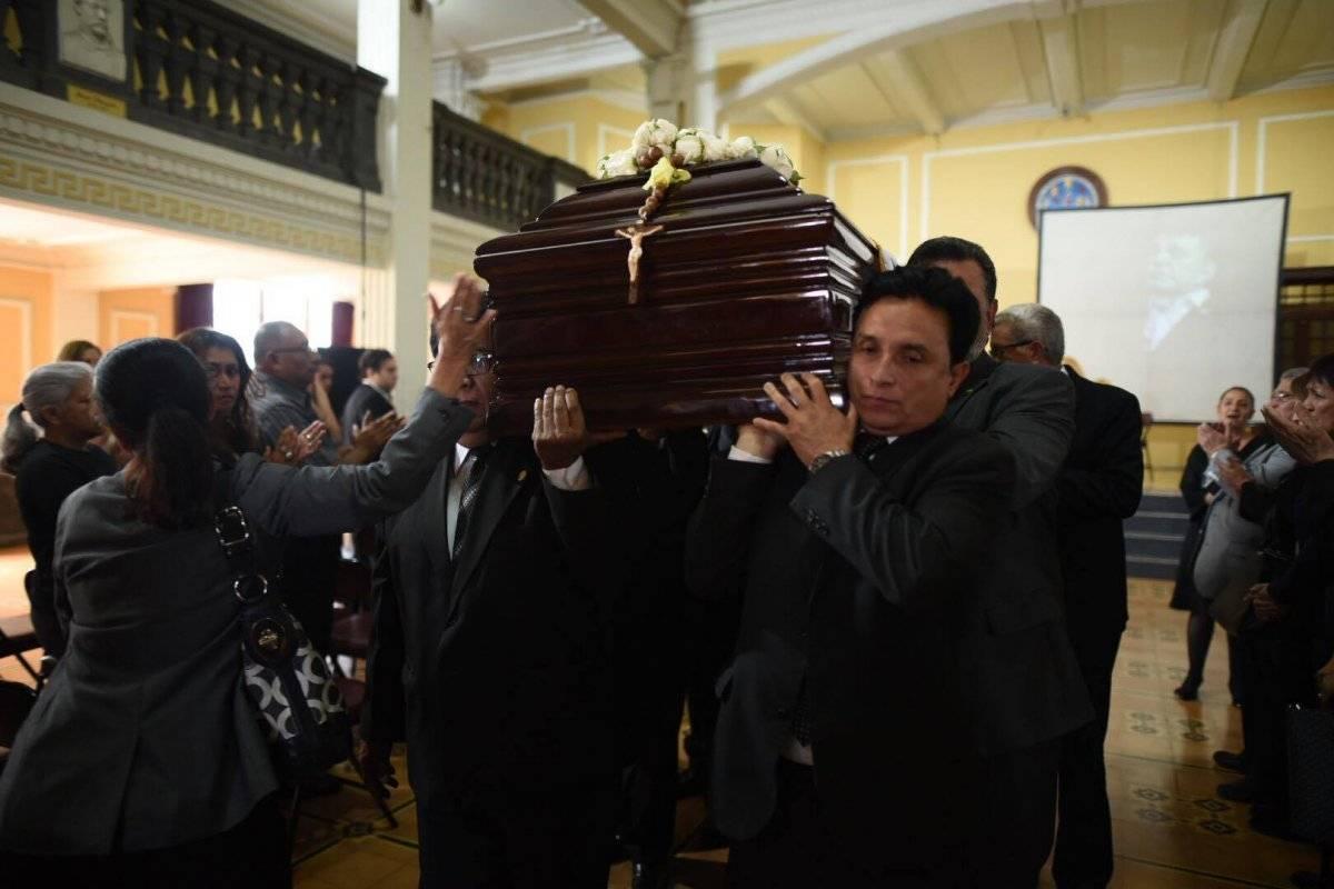 La comunidad de la USAC llevó a cabo un homenaje de cuerpo presente al artista Elmar Rojas, fallecido el 18 de febrero. Foto: Edwin Bercián