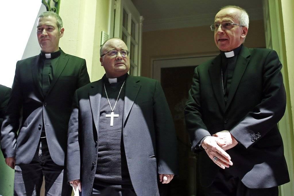 El sacerdote católico Jordi Bartolome (izquierda), el arzobispo Charles Scicluna (centro) y el nuncio papal Ivo Scapolo