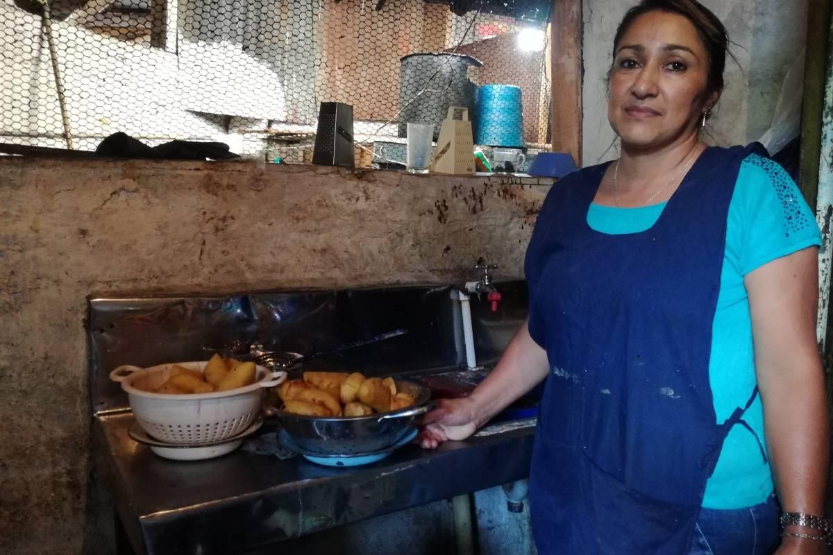 Dora Mejía lleva 25 años cocinando cada domingo el que muchos dicen que es el mejor sancocho de Felidia. Su secreto: hacerlo en leña y con bastante amor. Foto: Lina Uribe
