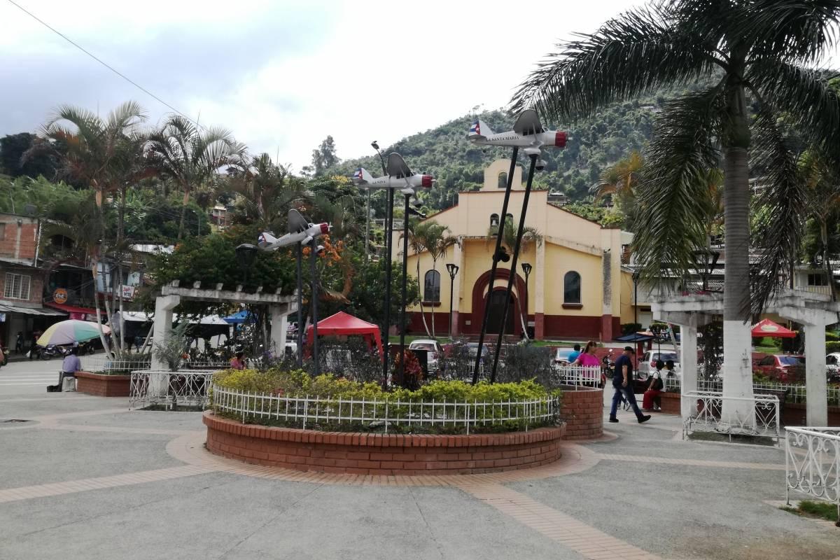 En la plaza central, el monumento 'Las naves del almirante' conmemora el accidente aéreo ocurrido en 1937. Foto: Lina Uribe