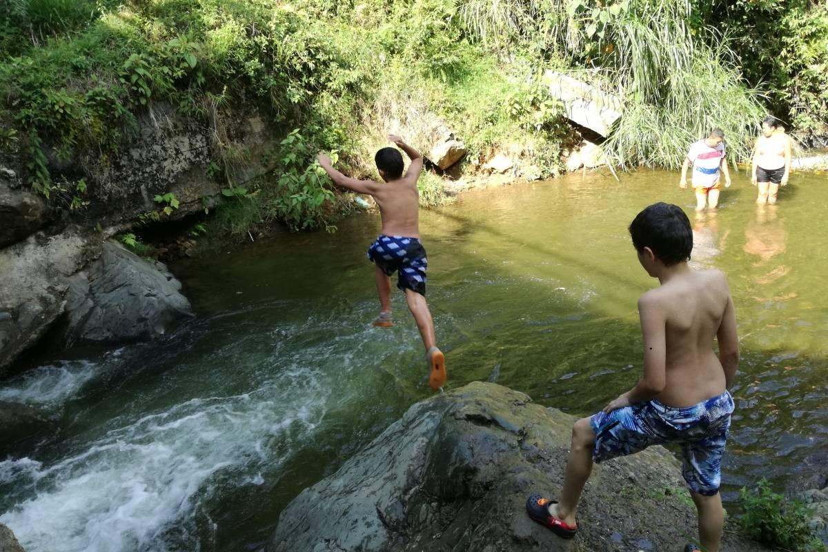 Los fines de semana, el río Felidia se llena de familias que se bañan en pura felicidad. Foto: Lina Uribe