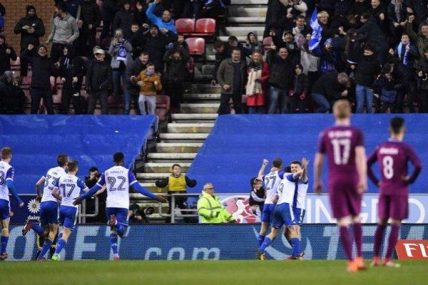 El festejo de los jugadores del Wigan tras el gol de Grigg al City de Bravo / Foto: Getty Images