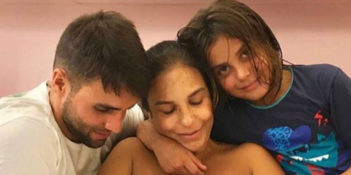 Pleníssima, Ivete Sangalo amamenta as gêmeas em foto com toda a família