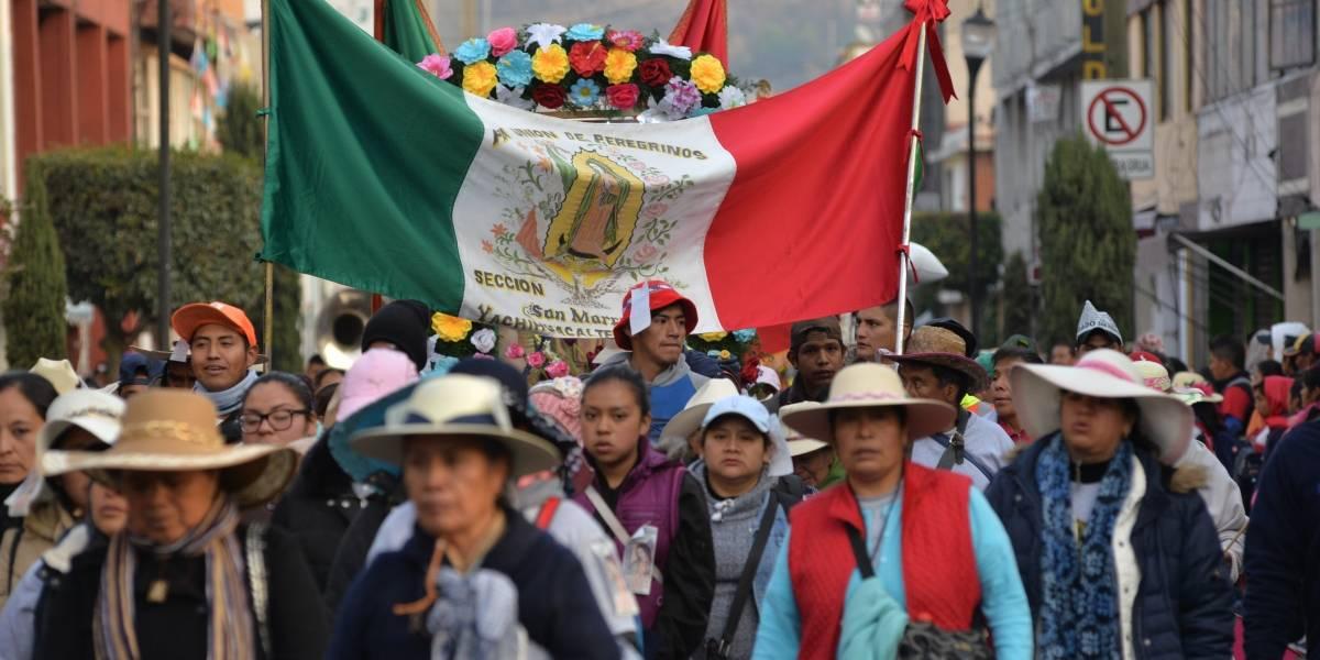 Peregrinos avanzan sobre la carretera México-Toluca rumbo a la Basílica