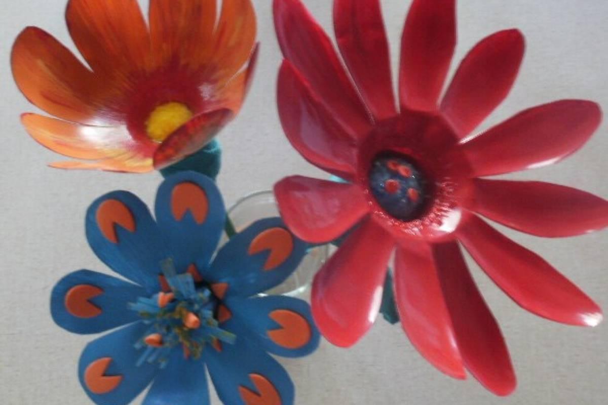Crea Hermosas Flores Reciclando Botellas Plásticas Y Revistas