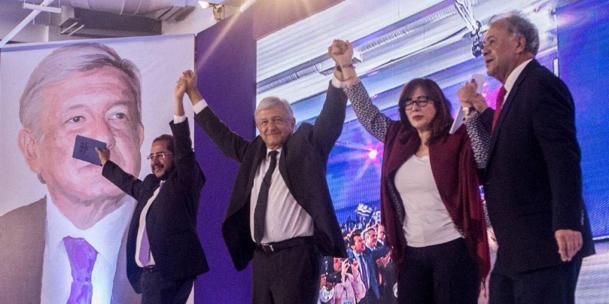 """AMLO convoca a redactar una """"Constitución Moral"""" para su 'República Amorosa'"""