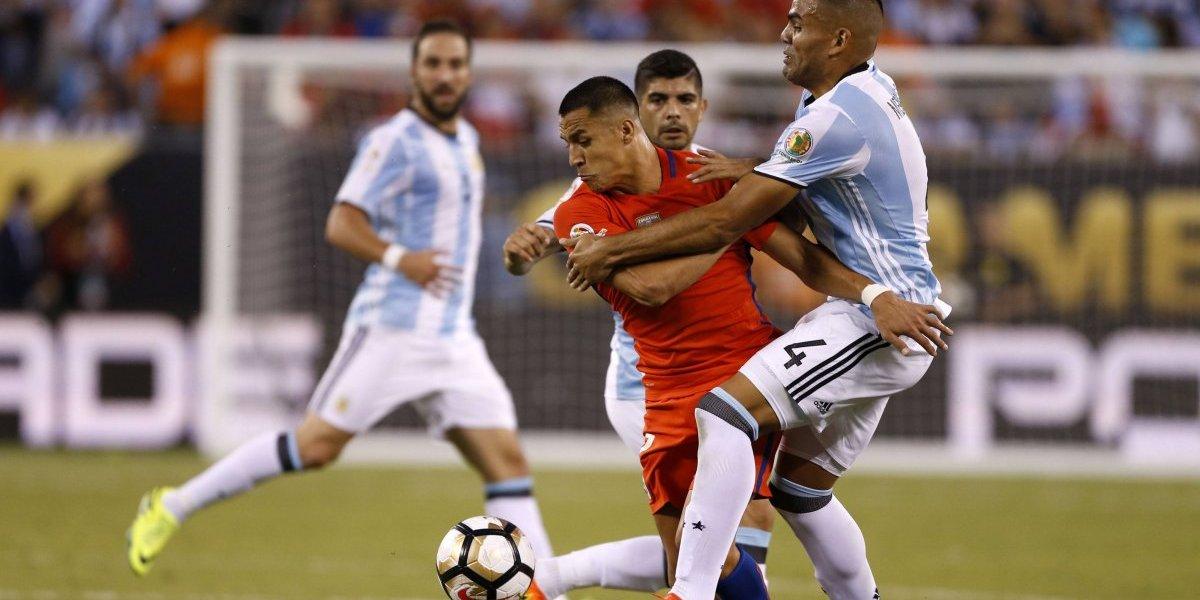 """Champions: Alexis vuelve al """"mercado"""" europeo contra el argentino que le aplastó el tobillo"""