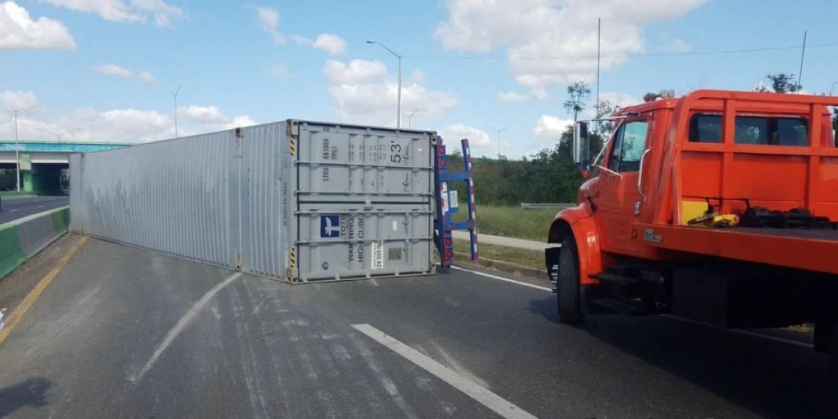 Reportan camión volcado en el expreso 52
