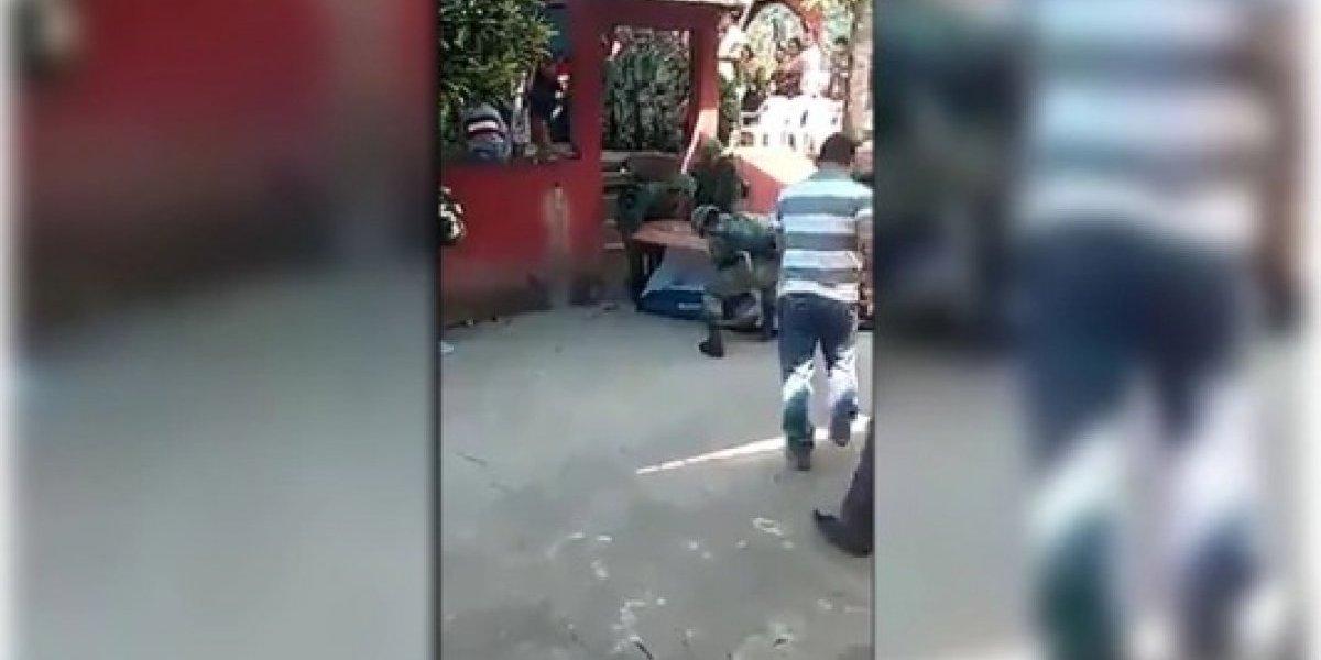 Caixão cai e corpo de uma das vítimas de acidente de avião no México fica exposto