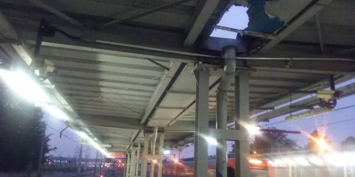 Buraco no teto de estação da CPTM deixa passageiros expostos à chuva